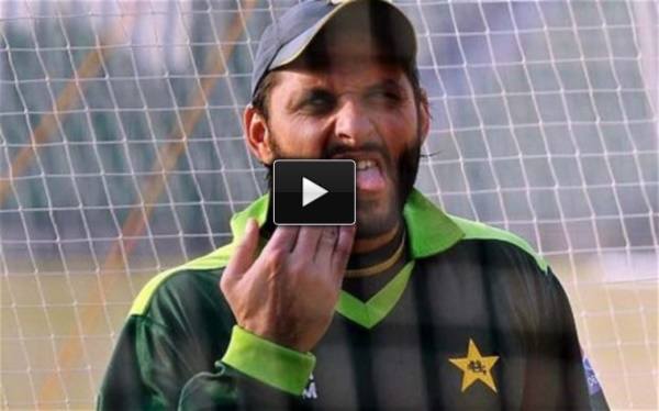Shahid Afridi makes fun of injured Dhoni