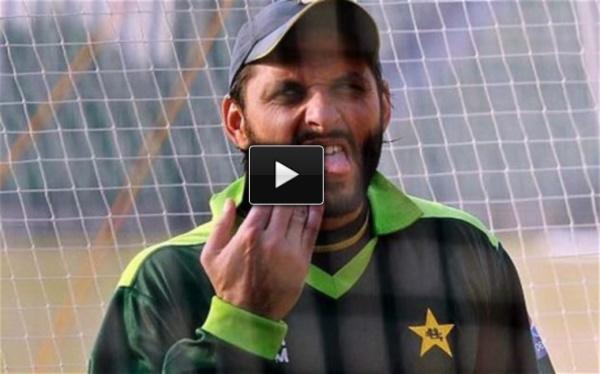 Shahid Afridi makes fun of injured Dhoni
