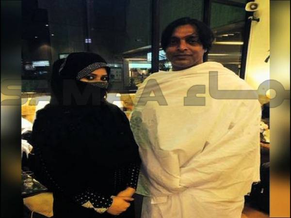 Shoaib Akhtar and wife go to HAJJ
